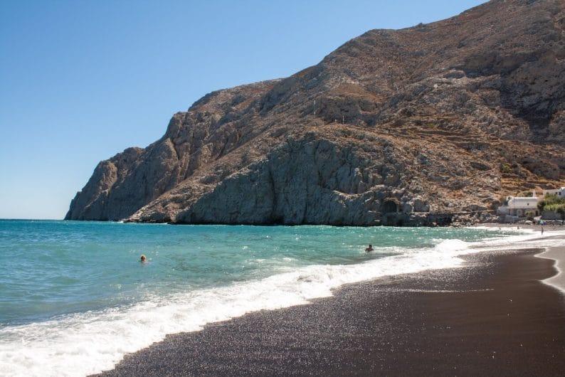 Playa de arena negra en Kamari