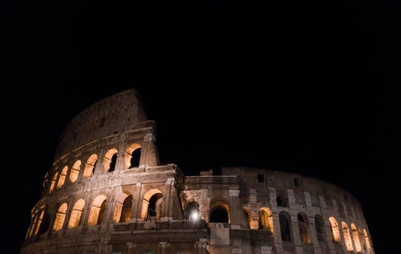 Coliseo romano por la noche